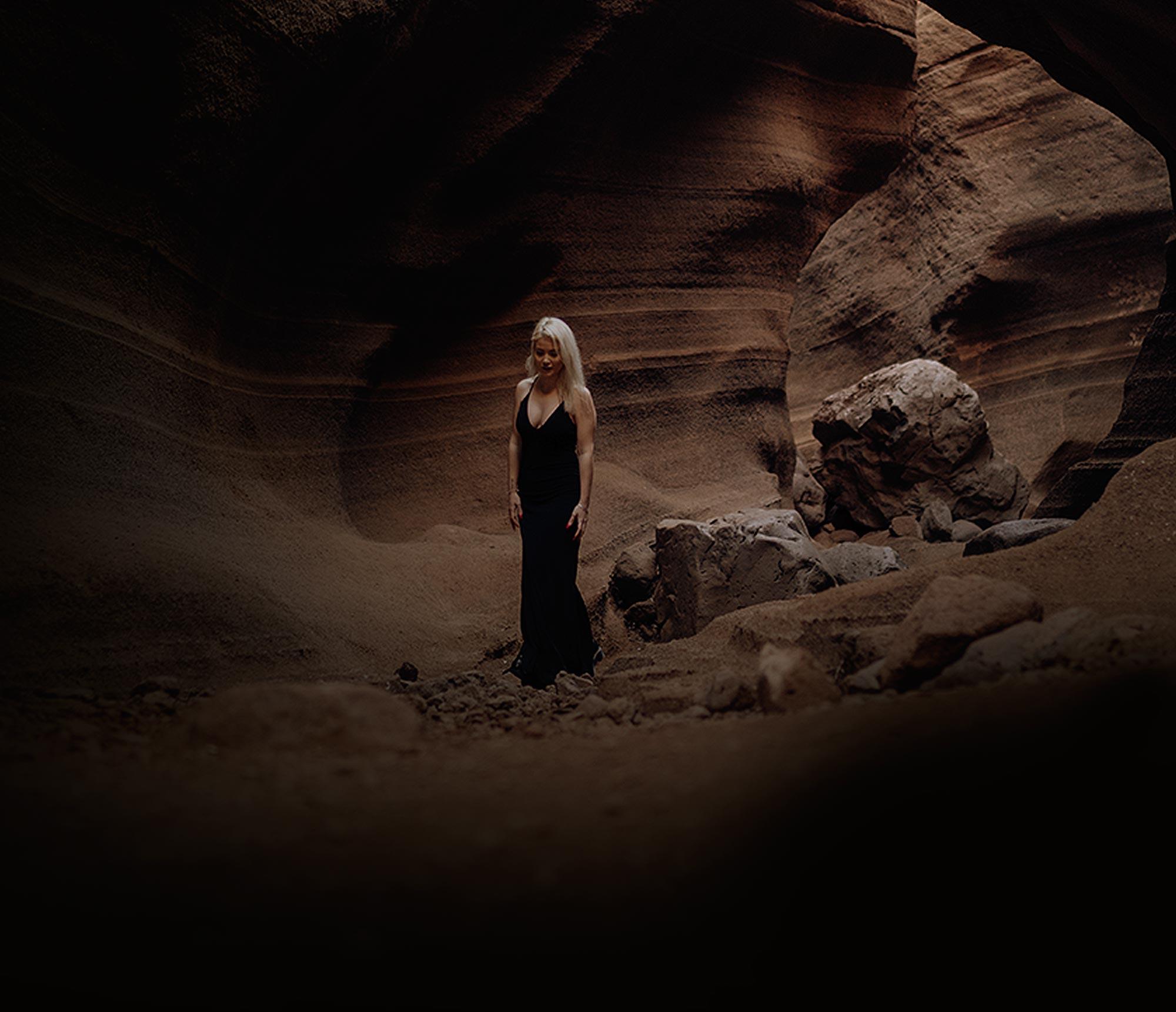 Chica en cueva